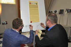 Wethouder Tigelaar van Gemeente Amersfoort en Cor Holtackers van het lokale voedselnetwerk EEM tezamen de landelijke Agenda Stadslandbouw.